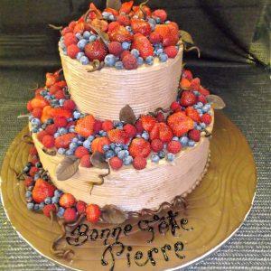 Gâteau fait sur mesure à 2 étages garni de fruits des champs. Décorations en forme de feuilles fait en pâte de sucre. Fait sur mesure, pour plus d'information contactez-nous.