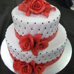 Gâteau de mariage chic 2 étage. Roses rouges en pâte de sucre en ornement. Fait sur mesure, pour plus d'information contactez-nous.