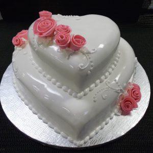 Gâteau de mariage en forme de coeur fait sur mesure. Avec de jolie roses faites en pâte de sucre. Fait sur mesure, pour plus d'information contactez-nous.