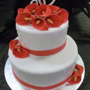 Gâteau de mariage sur mesure en pâte de sucre. Jolies fleurs Calla rouges comme décoration. Fait sur mesure, pour plus d'information contactez-nous.
